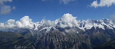 Wolkenverhangenes Jungfrau-Gebiet