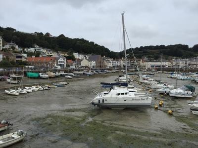 Hafen von St. Aubin bei Ebbe