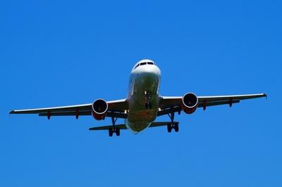 Im Landeanflug befindliche Maschine direkt von vorn