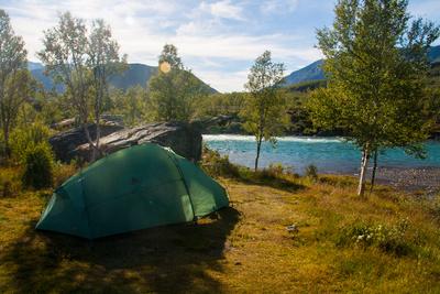 Zelt an Fluss in Norwegen