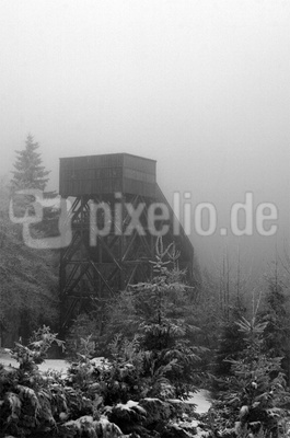 alte Holzsprungschanze im Nebel