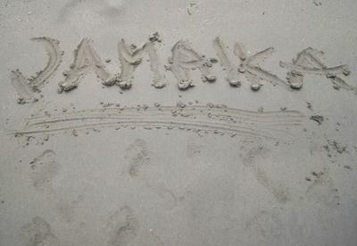 Jamaika in den Sand geschrieben