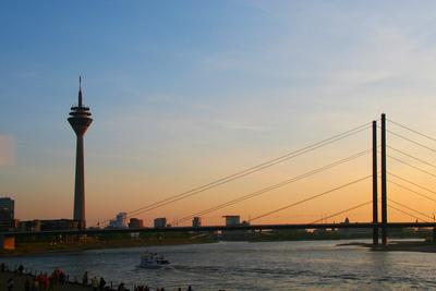 Rheinblick in Düsseldorf mit Sonnenuntergang