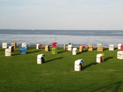 Bunte Strandkörbe am Nordseestrand