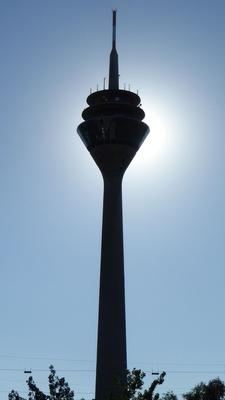 Rheinturm gegen die Sonne