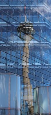Rheinturm im Spiegel des Düsseldorfer Stadttores