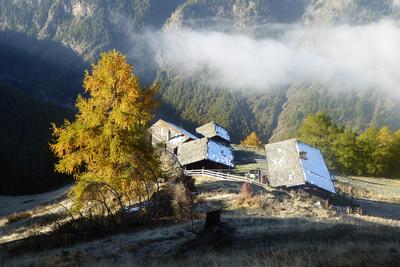 Erste Sonnenstrahlen auf den Weiler «Oberfinilu»
