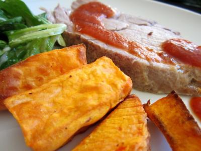 Fleisch, Süßkartoffeln und Salat
