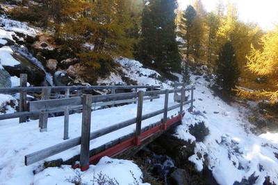 Schneebedeckte Bachüberquerung