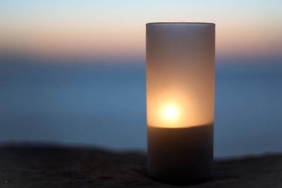 Kerzenschein in der Dämmerung