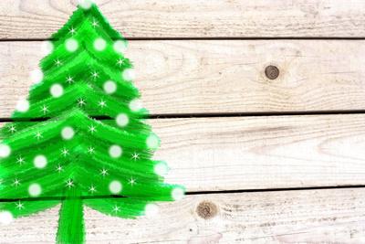 Tannenbaum auf weißem Holz-Hintergrund