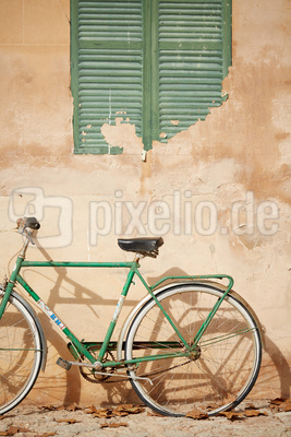 Rostiges Fahrrad an Hauswand