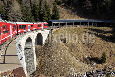 Bernina-Express auf Talfahrt