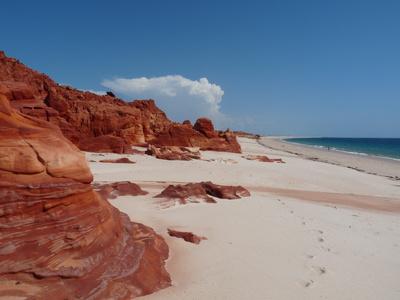 Strand mit rotem Sandstein