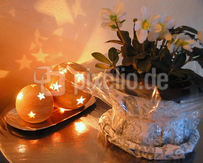 Christrose mit Leuchtkugeln aus Terracotta