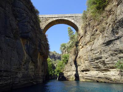 Alte Brücke über eine Schlucht