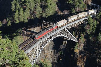 Güterzug über der Bietschbach-Brücke