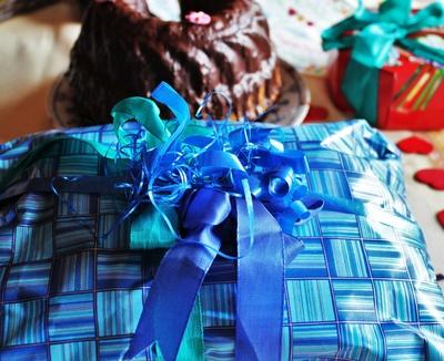 Geburtstag! Geburtstagstisch mit Geburtstagsgeschenken