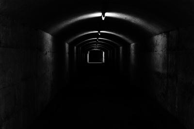 langer dunkler Tunnel