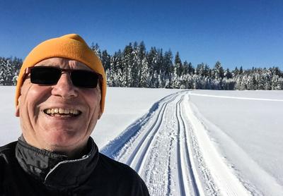 Senior auf der Langlauf-Loipe