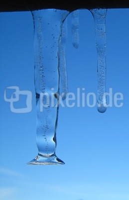 Eiszapfen mit blauem Himmel