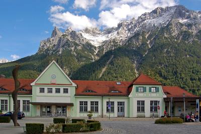 Mittenwald - Bahnhof mit Karwendelgebirge im Hintergrund