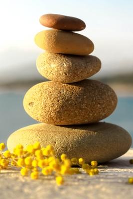 Frühlingsbalance mit Steinchen und Mimosa