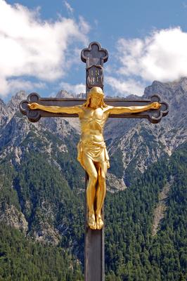 Mittenwald - Kruzifix vor dem Karwendelgebirge