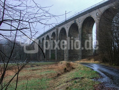 Viadukt an einem Regentag im Februar