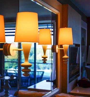 Wohnen mit Lampen und Spiegel