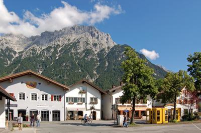 Mittenwald (Ortsmitte) mit Karwendelgebirge