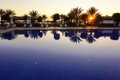 Sundown mit Pool und Palmen