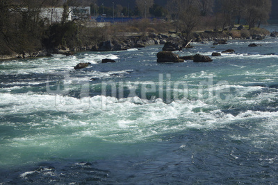 Wassermassen nähern sich der Fallhöhe