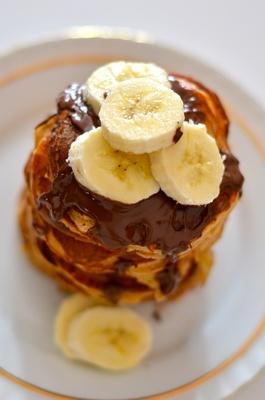 Pancakes mit Schokolade und Banane