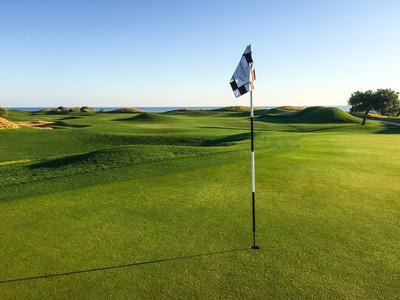 Golfplatz im Morgenlicht
