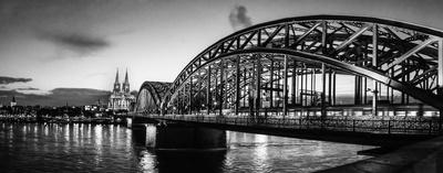 Hohenzollernbrücke Köln mit Dom bei Nacht (Panorama)