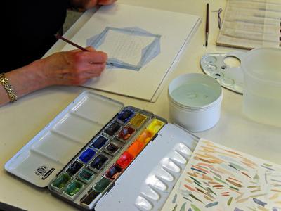 Beim Malen mit Aquarellfarben