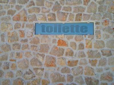 Toilette in der Steinmauer