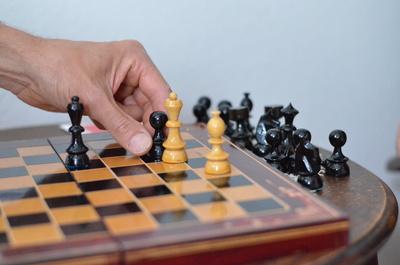 Schachspiel auf Holzbrett