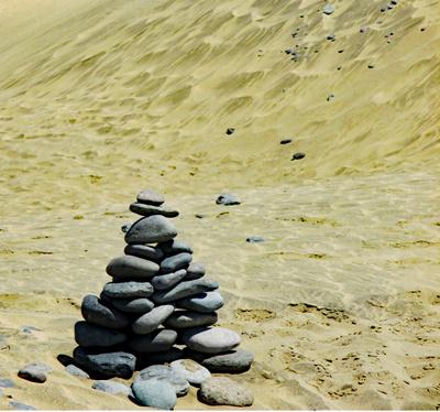 Steinpyramide am Strand