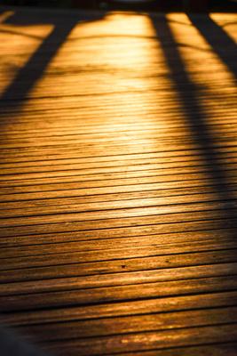 Lange Schatten am Badesteg