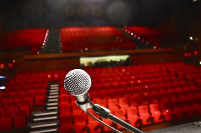 Mikrophon auf Bühne