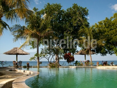 Swimmingpool mit Meeresblick