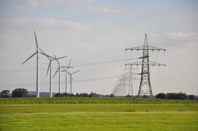 Windräder und Stromtrasse Bützflethermoor