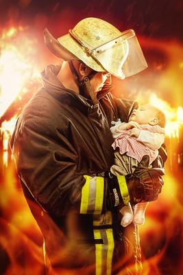 Feuerwehrmann mit Kind im Arm