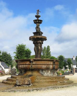 Historischer Brunnen St-Jean-du-Doigt