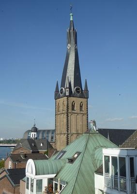 Die Kirche mit der verdrehten Turmspitze