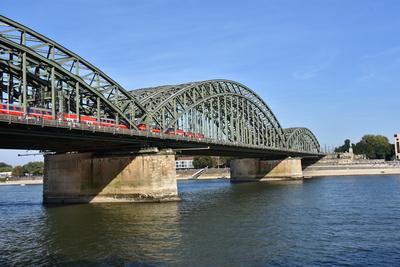 Hohenzollern Brücke mit Zug ,ohne Dom