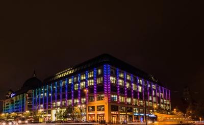 Abendliche Straßenszene in Berlin