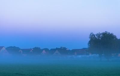 Morgennebel über dem Dorf